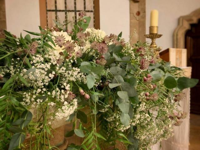 Decoración altar capilla boda