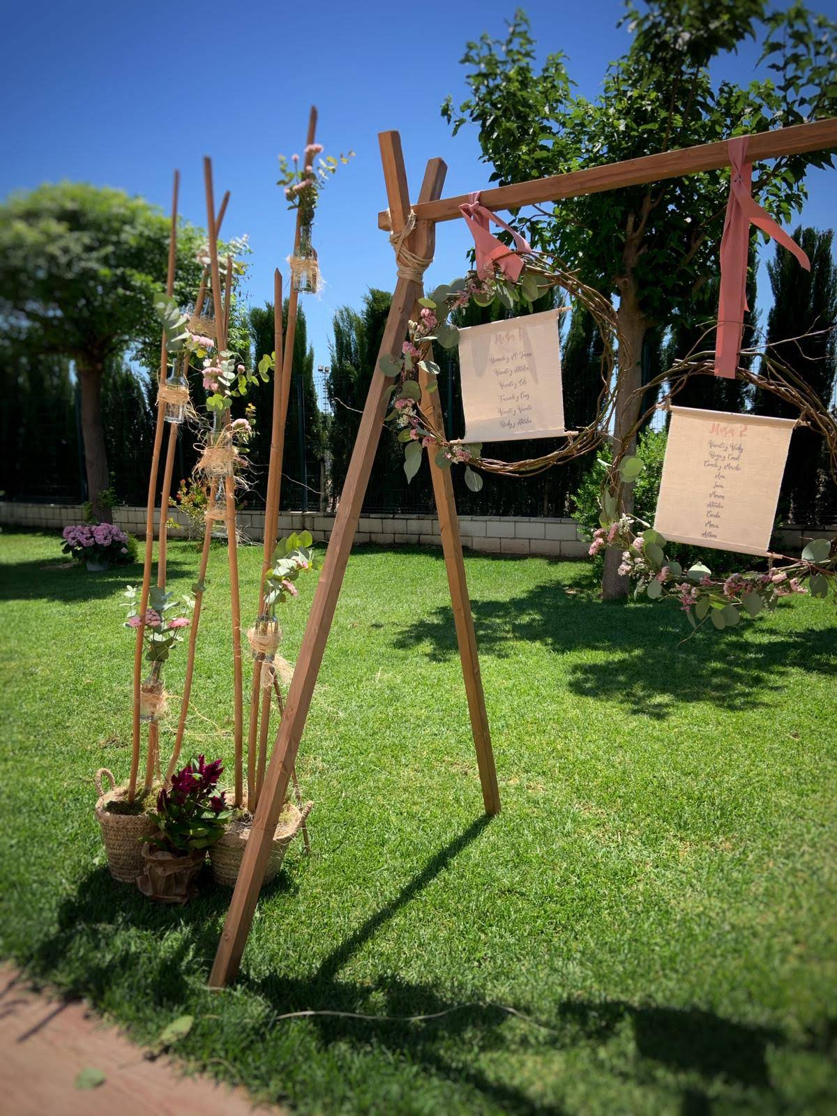 Decoración floral lista mesa boda