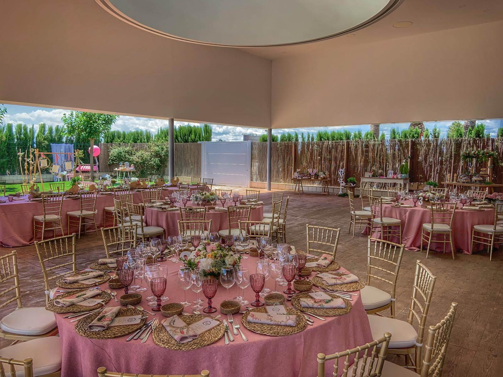 Decoración salon de bodas con flores