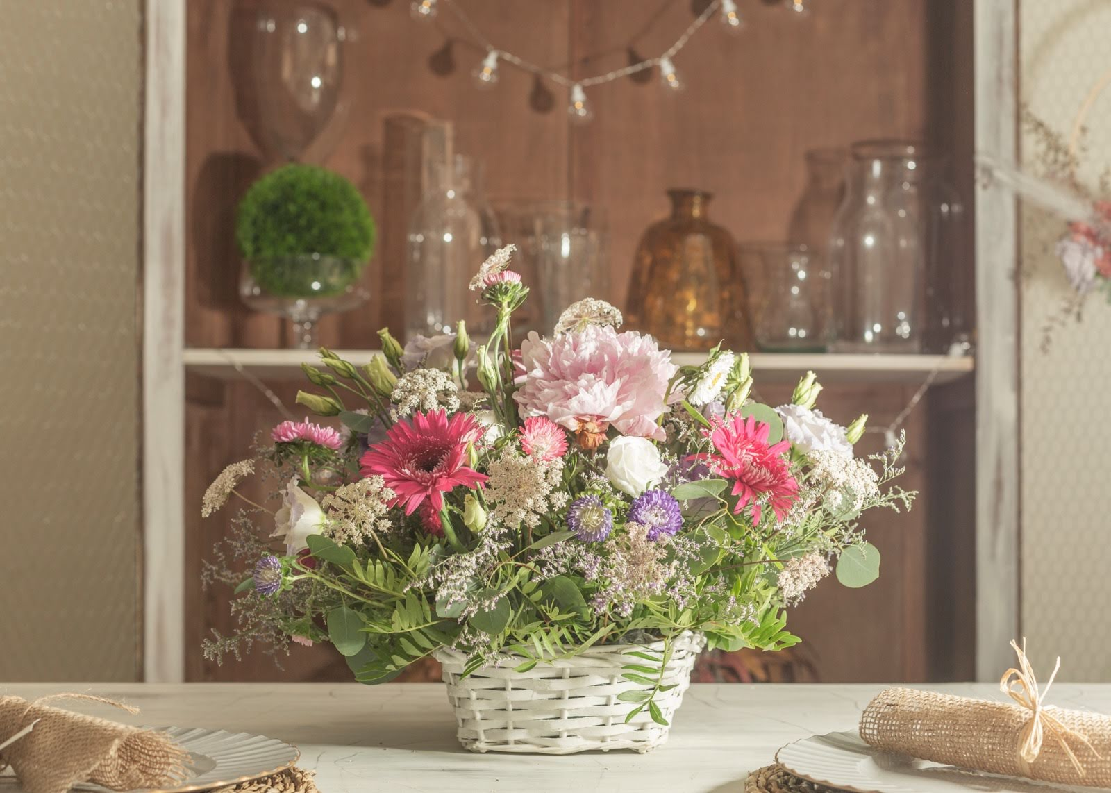 Cesta con flores primaveral