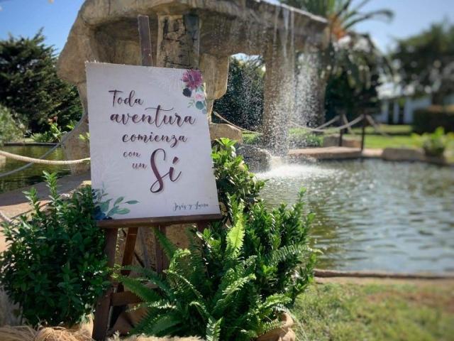 Decoración exterior con flores para una boda