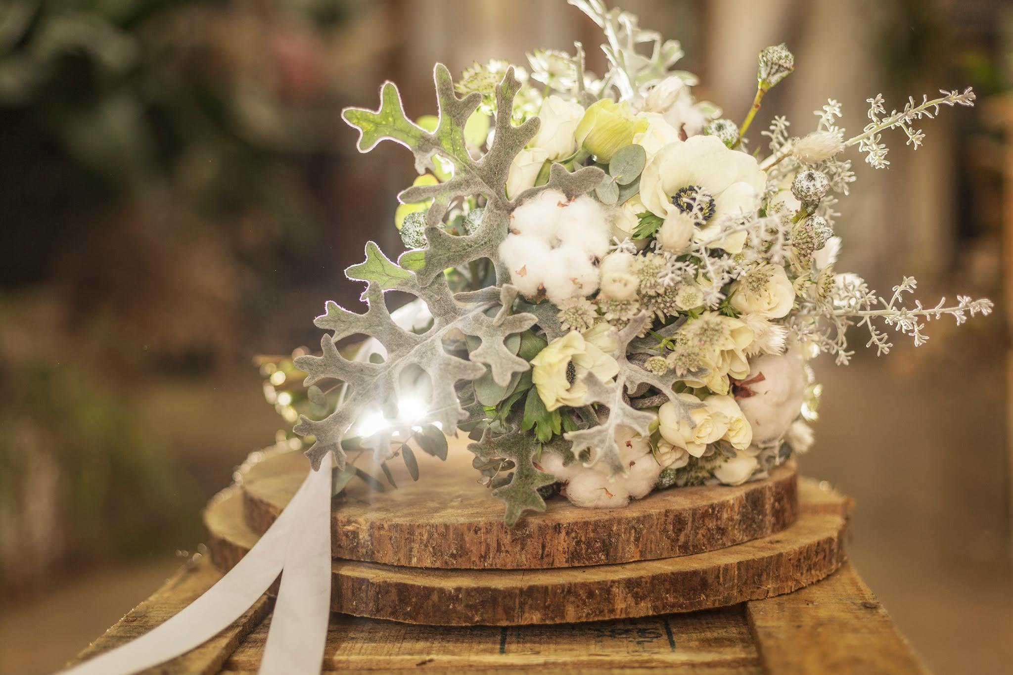 Ramo de flores con tonos blanco