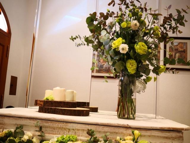 Decoración con flores lugar de la ceremonia