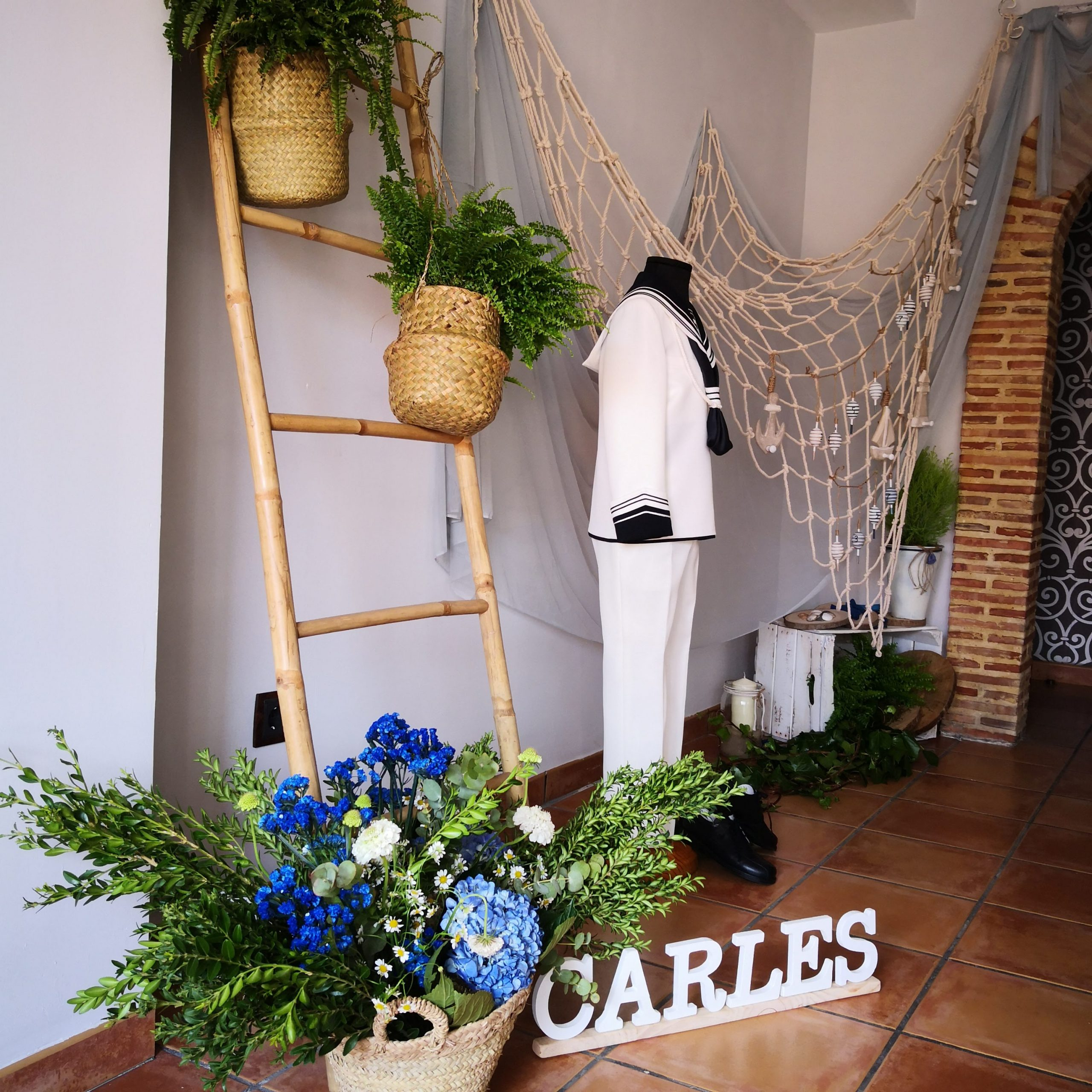 Decoración con flores para traje comunión niño