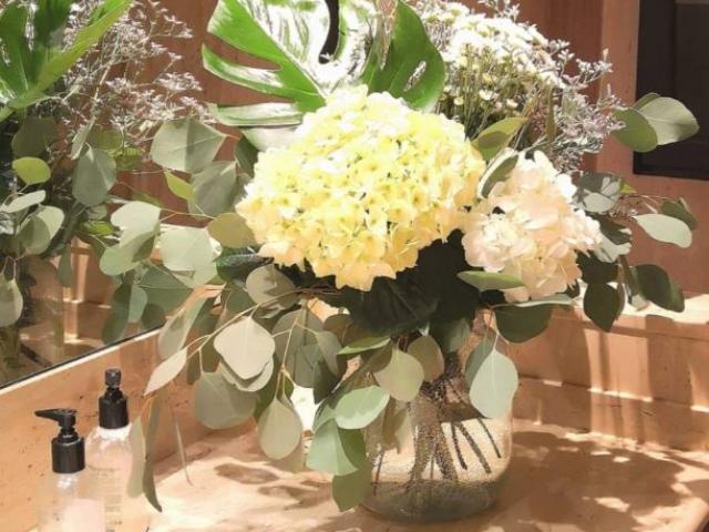 Decoración floral para escalera novia