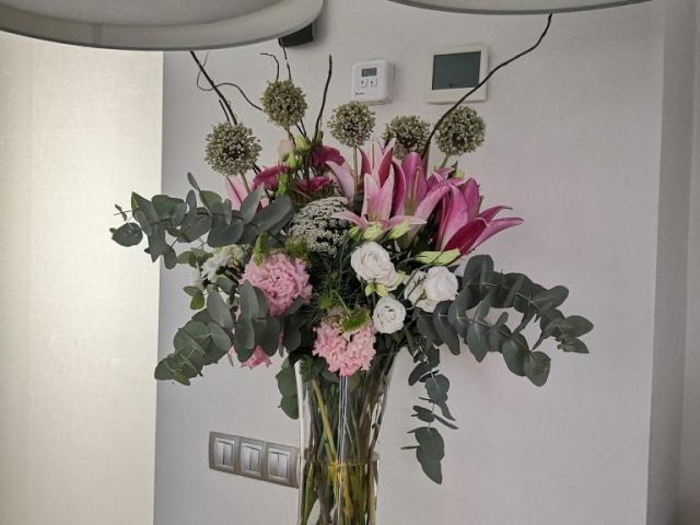 Centro de flores en búcaro