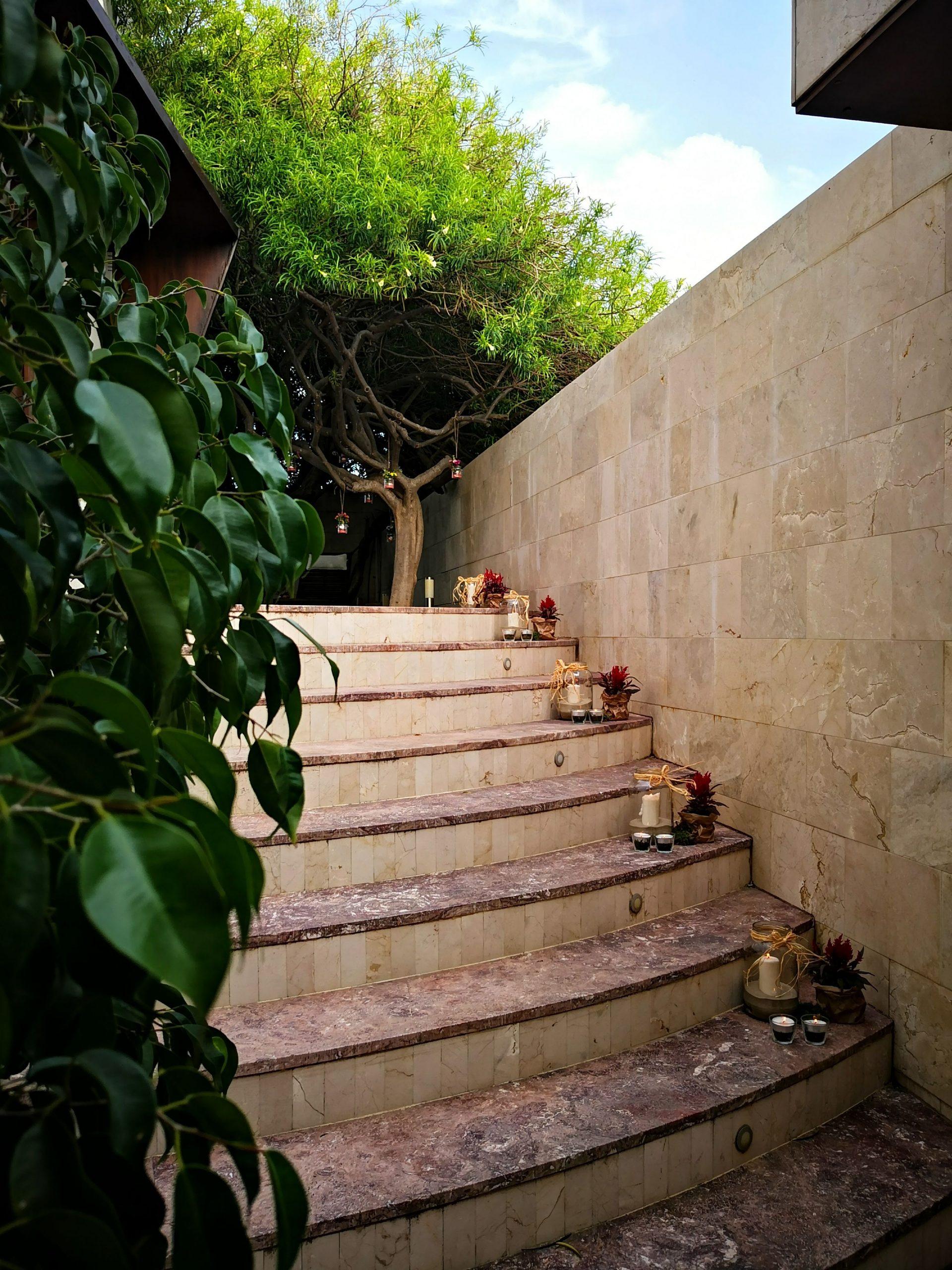 Decorar con flores escalera salón de bodas