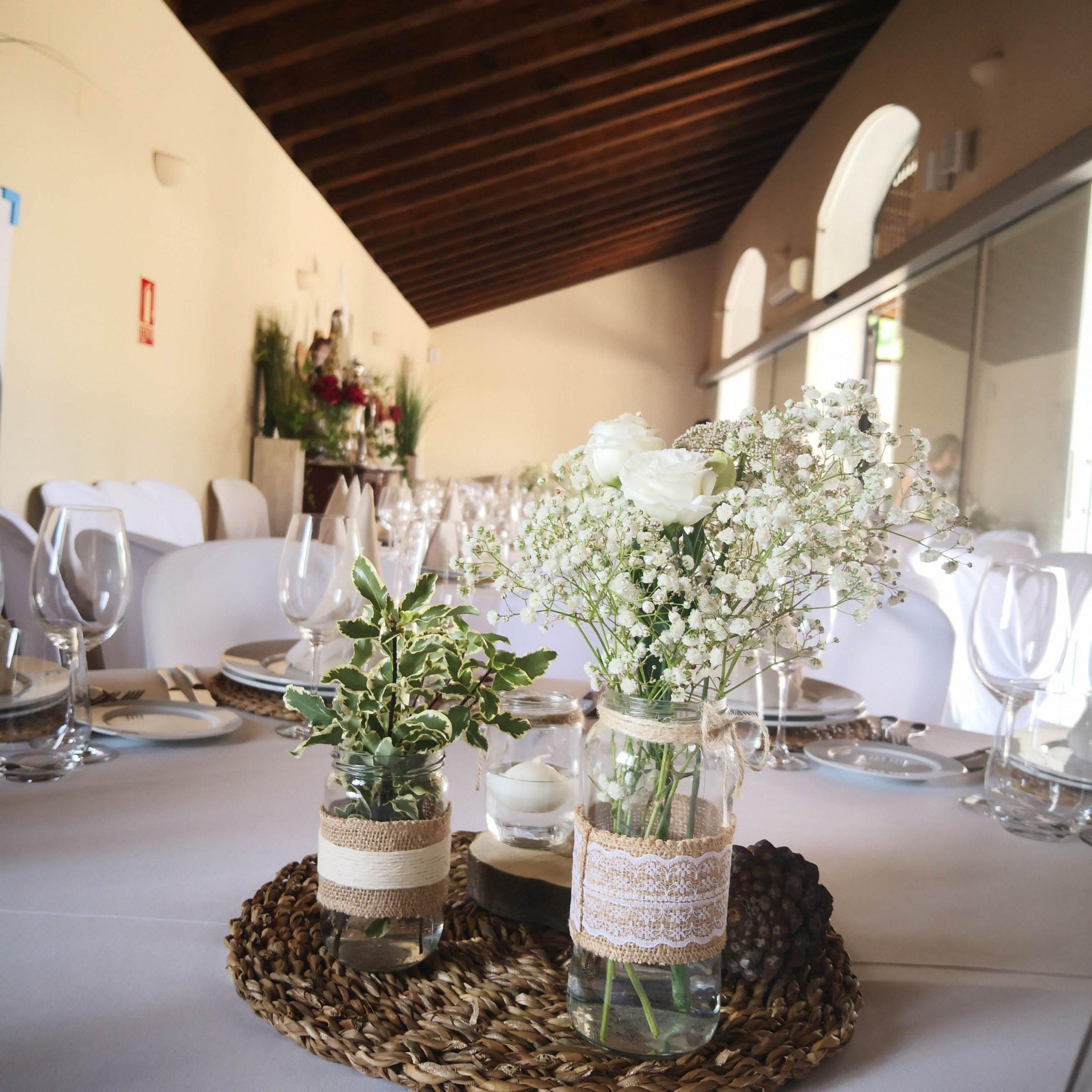 Centro de flores mesa salón bodas