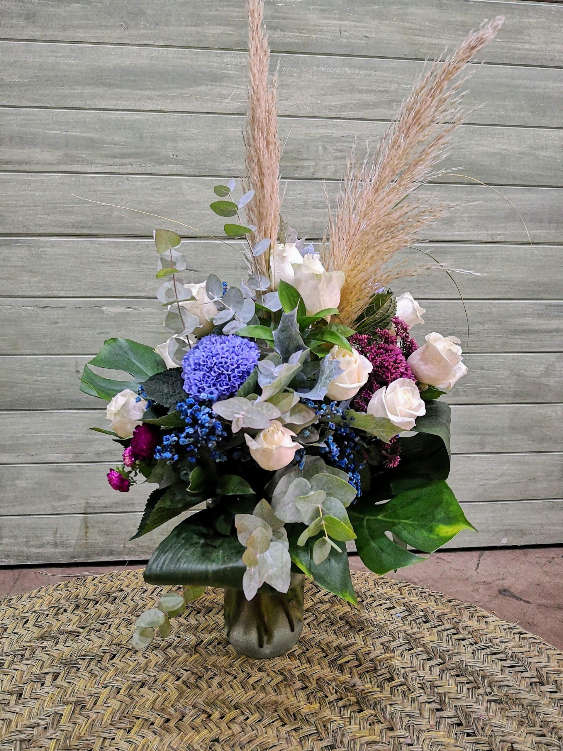 Centro de flores azul, blanca y burdeos