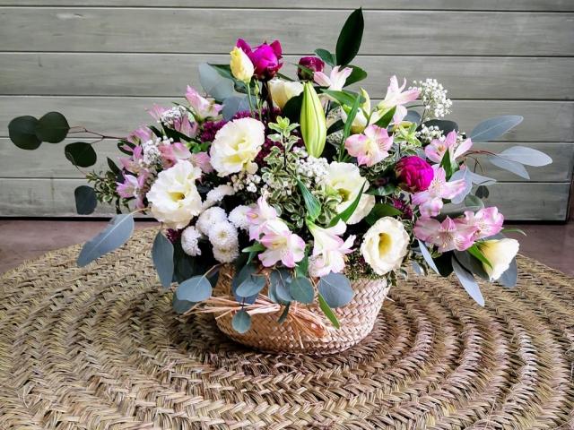 Cesto de mimbre con flores