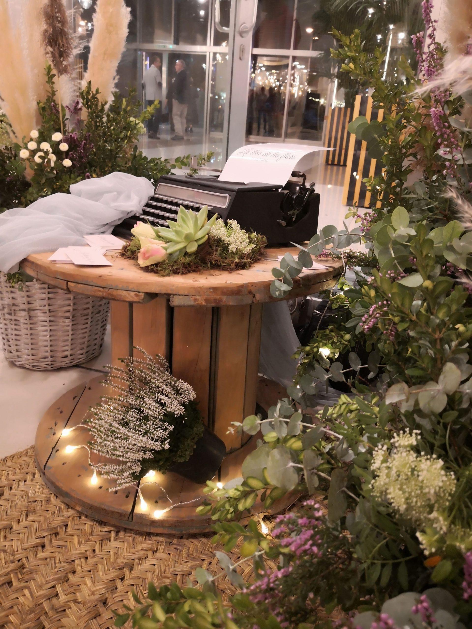 Decoración con flores entrada salón de bodas