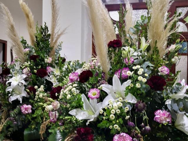 Centros de flores blacas, rosa y rojas