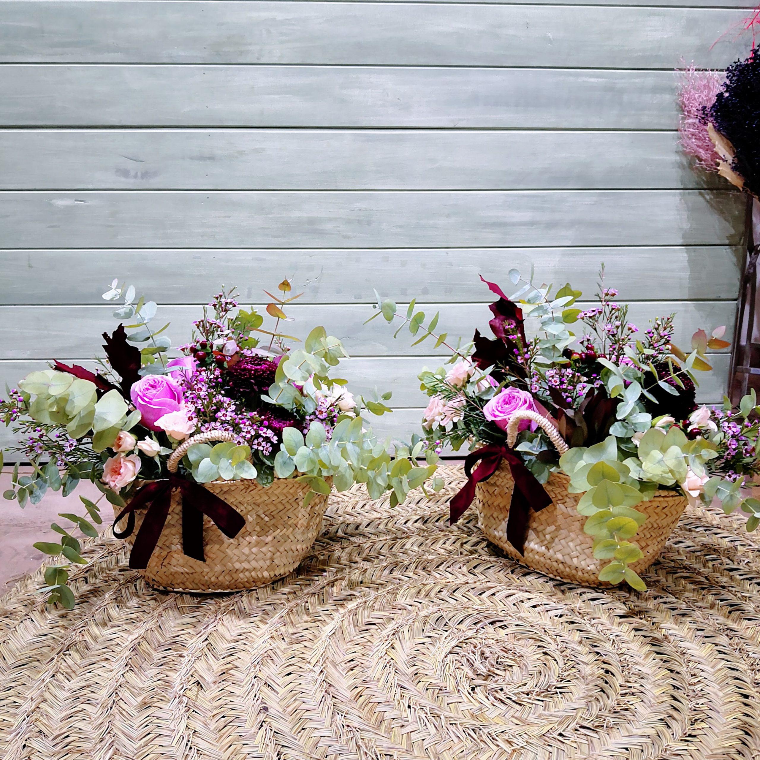 Cestas de mimbre con flores secas