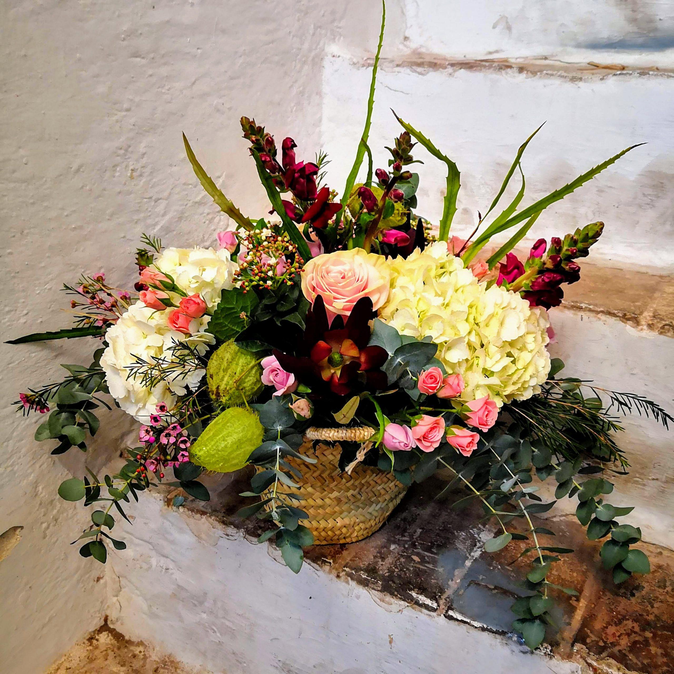 Cesta de mimbre con flores estilo rústico